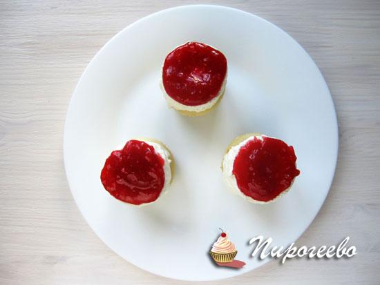 Покрыть каждое пирожное ягодным джемом