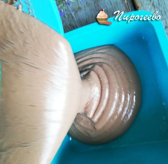 Выливаем массу маршмеллоу в форму