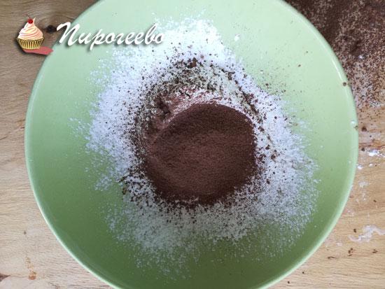 Смешиваем порошок какао, сахарную пудру и крахмал
