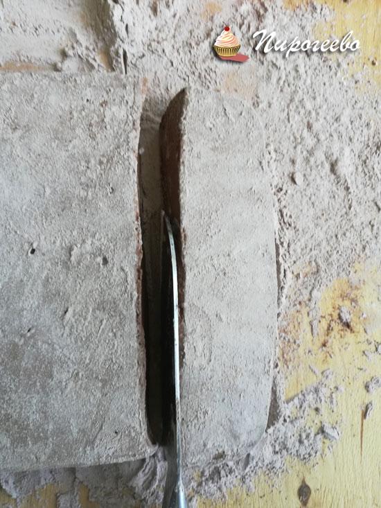 Разрезаем маршмеллоу острым ножом на кубики нужного размера