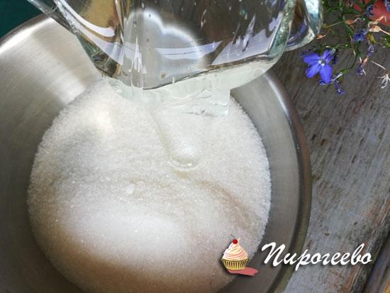 Добавляем сироп глюкозы в сахарный песок