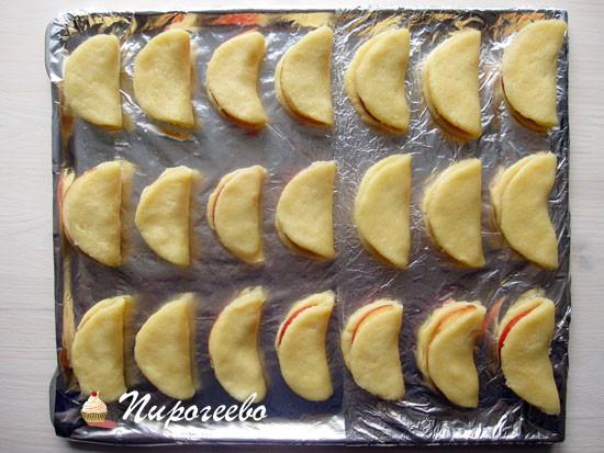Выложить яблочное печенье на противень