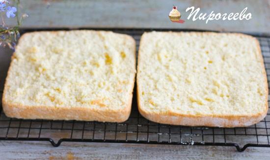 Разрезаем бисквит на две равные части