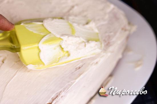 Для выравнивания торта используем силиконовую лопатку