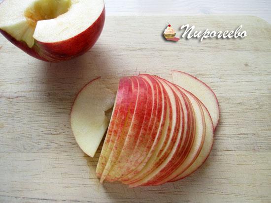 Нарезаем яблоки тонкими пластинками