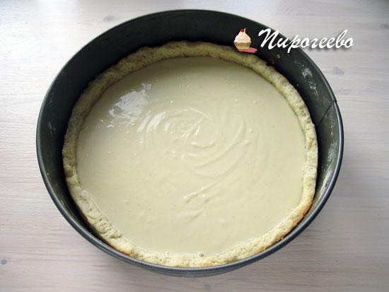 Заполнить начинкой основу для пирога