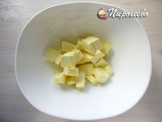 Сливочное масло разрезать на кусочки