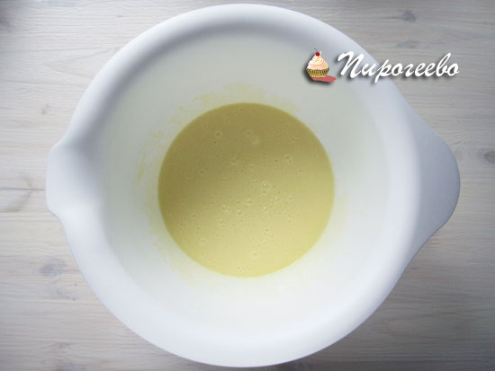 Получается однородная смесь из масла и яиц