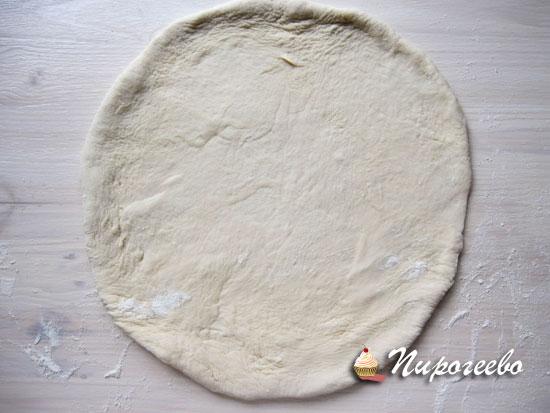 Раскатать тесто для пиццы в виде круга