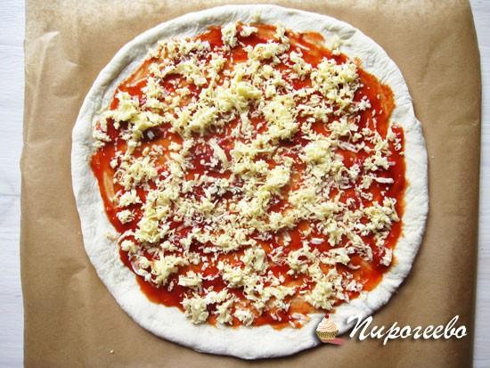Присыпать пиццу моцареллой