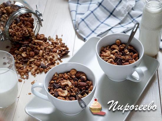 В остывшую гранолу добавить шоколад и перемешать
