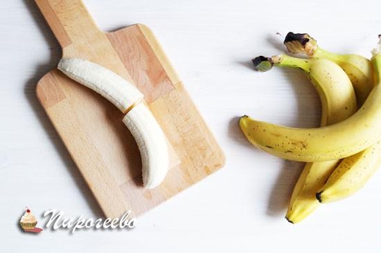 Разрезать каждый банан на две части