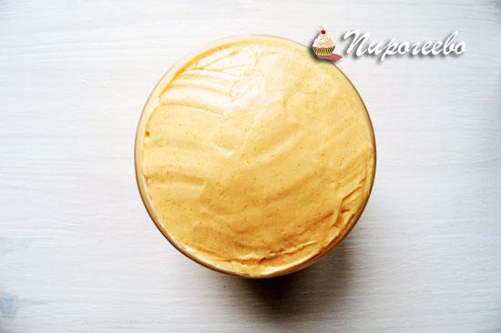 Покрыть кремом шоколадный бисквит