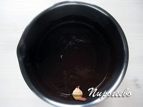 Размешать шоколад и масло в сотейнике