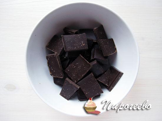 Сломать весь шоколад на кусочки