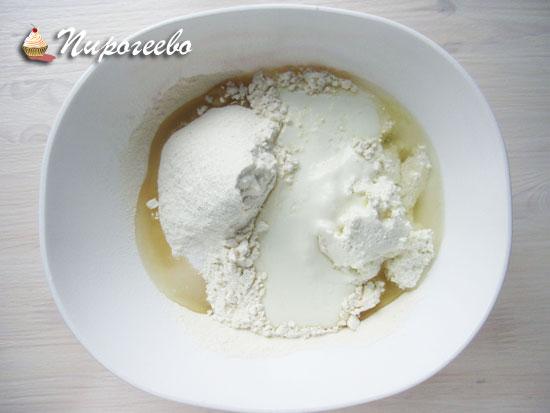 Замесить тесто на кефире и сметане для булочек