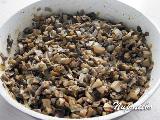 Обжарить грибы с луком для сытных булочек