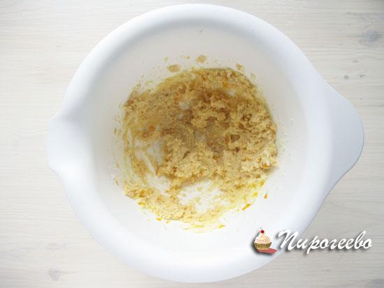 Добавить цедру в сливочное масло и взбить