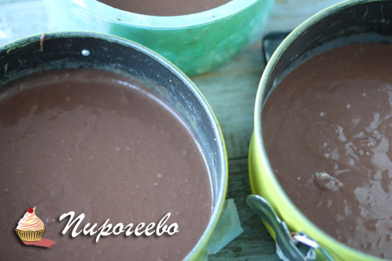 Разлить шоколадное тесто по формам