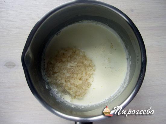 В горячие сливки добавляем желатин и размешиваем