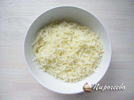 Сыр натереть на мелкой терке для начинки пирога
