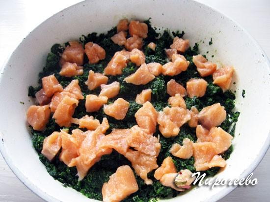 Кусочки лосося выложить в сковороду