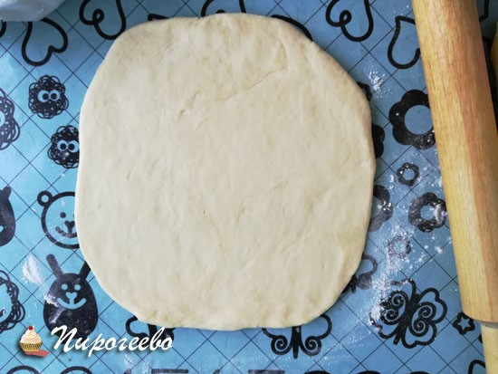 Раскатываем корж для основания пирога