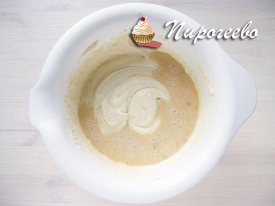 Добавляем жидкую яичную смесь в основное тесто