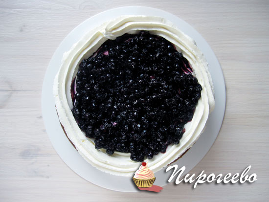 Черничное компоте выкладываем на верхушку торта