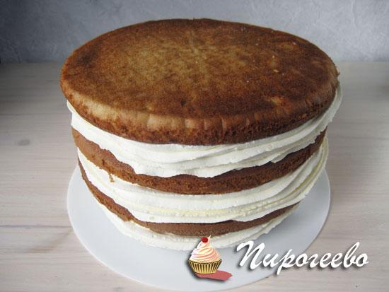 Смазываем торт кремом , верхний корж кладем дном вверх
