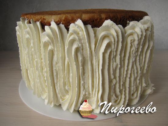 Выдавливаем крем на боковинки торта по всей поверхности