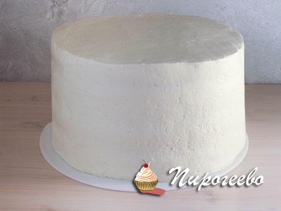 Готовый торт нужно выровнять и убрать в холодильник