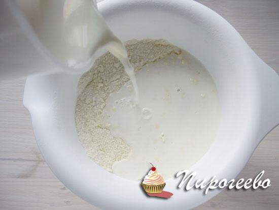 Добавляем молоко в тесто