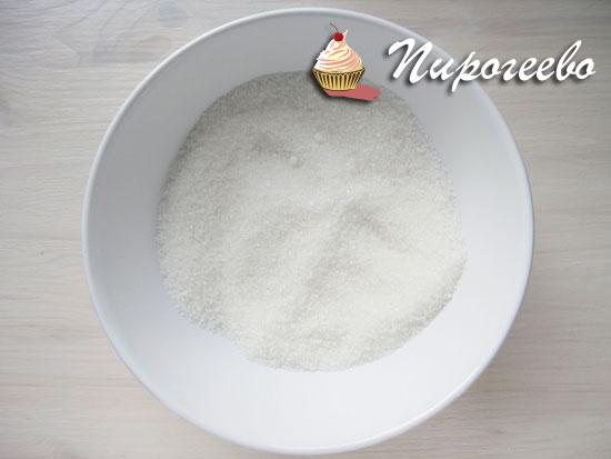 Сахарный песок смешать с крахмалом