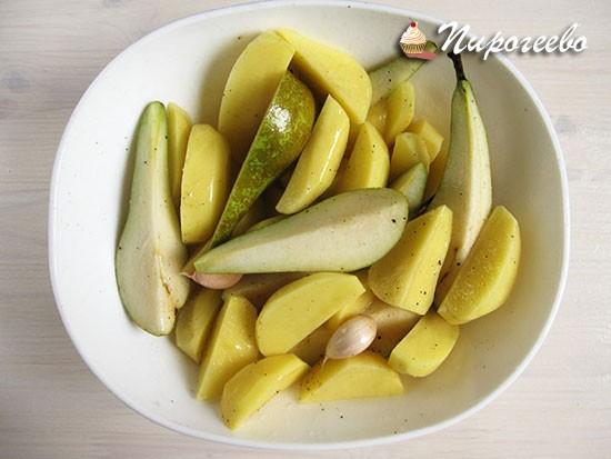 Перемешать груши и картофель