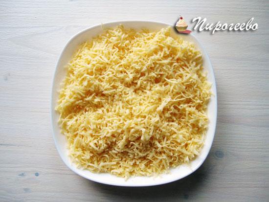 Твердый сыр натереть на самой мелкой терке