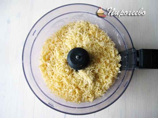 Добавить мелко натертый сыр в тесто
