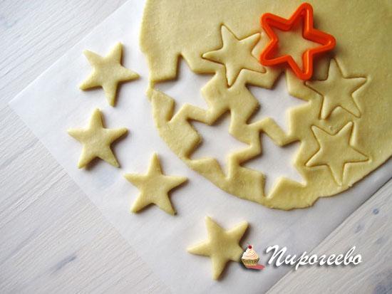 Раскатываем корж и выдавливаем печенье с помощью формочек