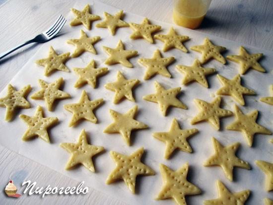 Печенье прокалываем вилкой, чтобы оно не вздулось в духовке