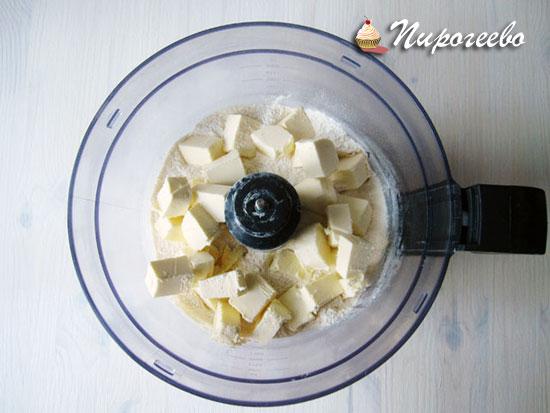 Масло порубить с мукой в блендере или на разделочной доске