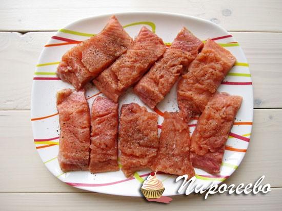 Кусочки рыбы нарезать на порции
