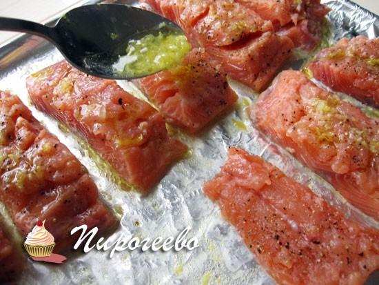 Смазать рыбу соусом и отправить в духовку