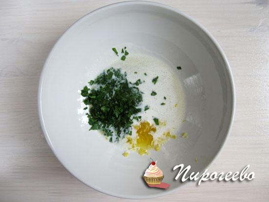 Зелень мелко нарубить для соуса