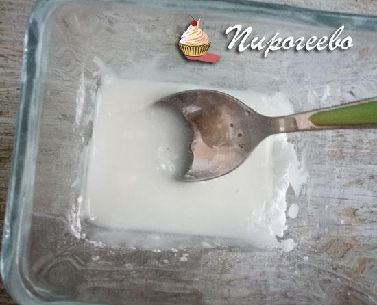Смешать сахарную пудру и воду