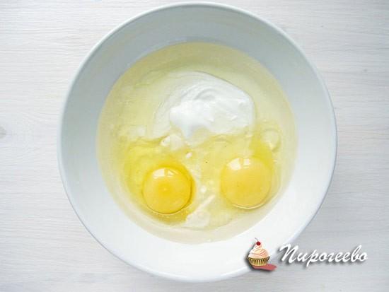 Разбиваем яйца и перемешиваем