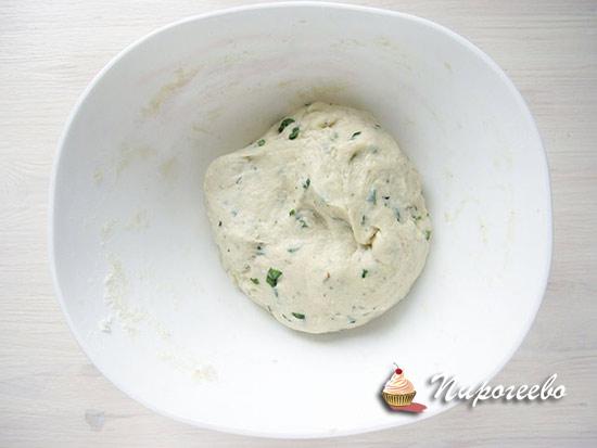 Замесить некрутое тесто с зеленью