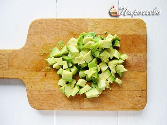 Мягкий и спелый авокадо разрезаем на мелкие части