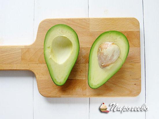 Разрезаем авокадо на две части