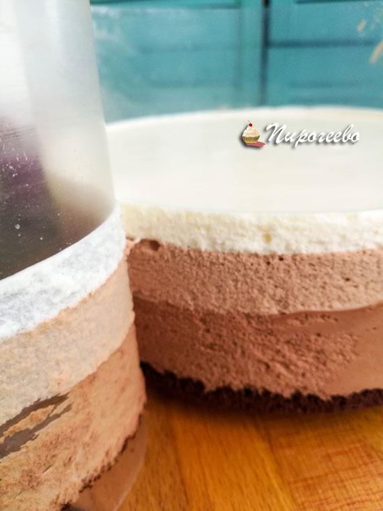 Аккуратно снимаем ацетатную пленку с торта