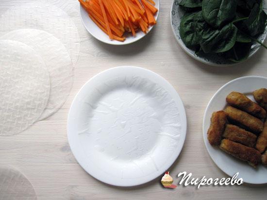 Выкладываем рисовую бумагу на тарелку